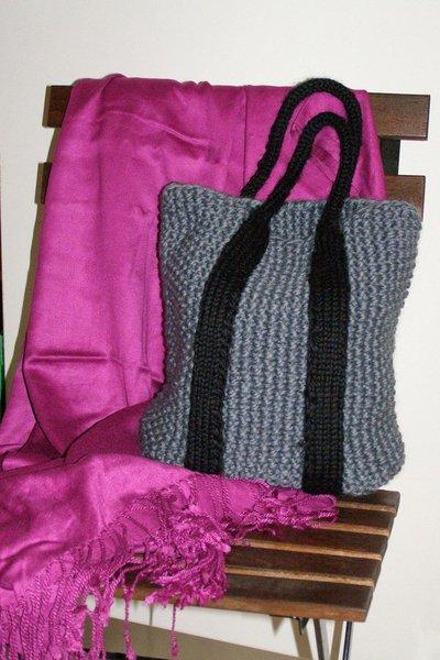 borsa in lana grigia a mano con manici neri
