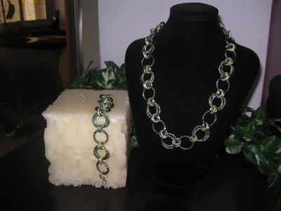 Girocollo e braccialetto con anelli di alluminio in tinta verde