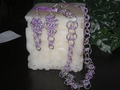 Collana e orecchini con anelli di colore lilla e argento