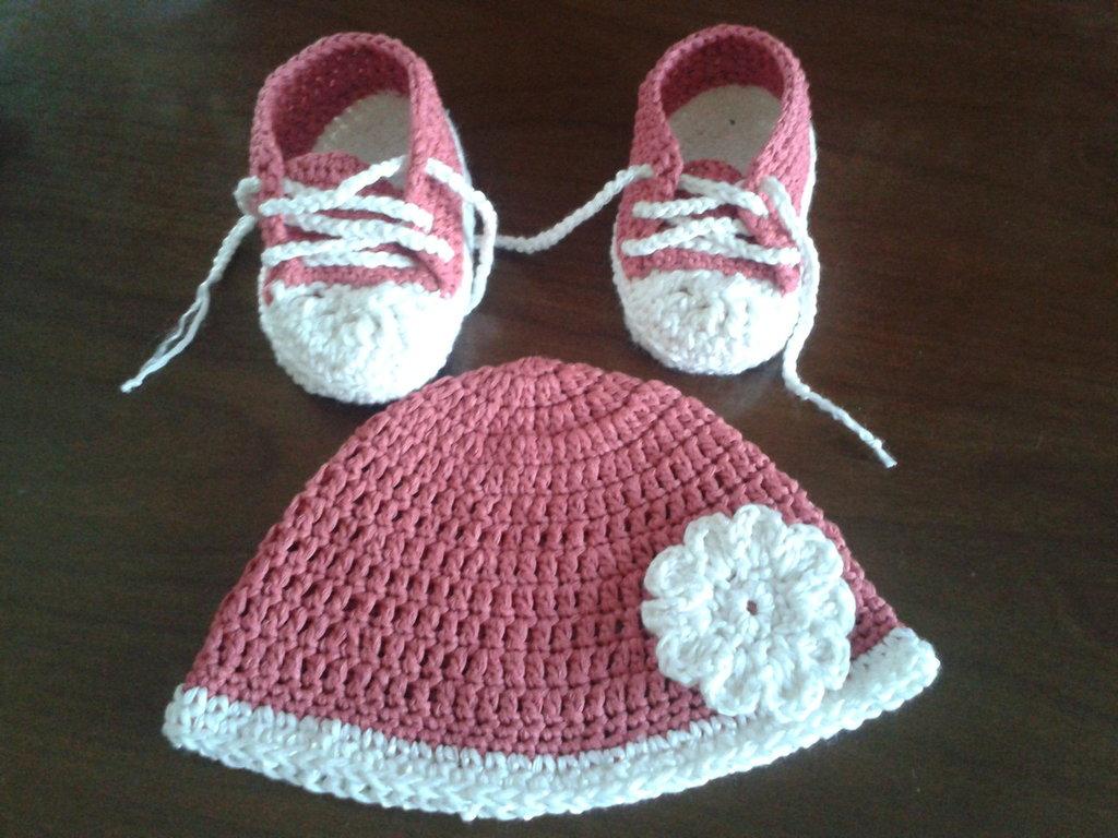 cappellino e scarpine da bimba ad uncinetto