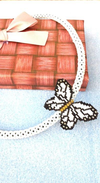 Girocollo con farfalla