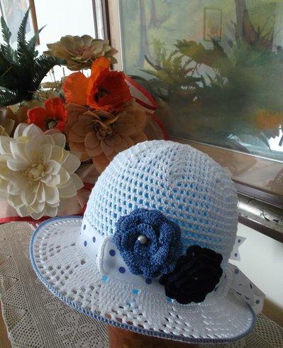 cappellino di cotone bianco
