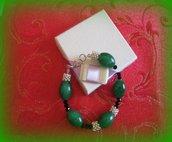 bracciale con pietre verdi e perline nere