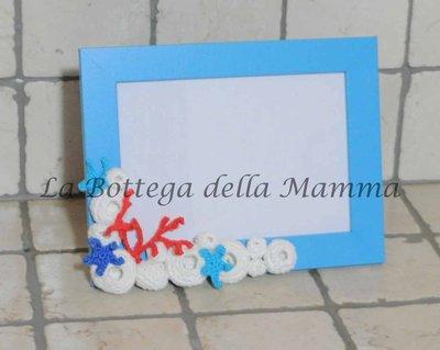 Cornice azzurra in legno decorata con applicazioni marine