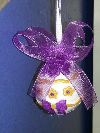 PASQUA - uovo decorato piccolo con nastro viola con fiori gialli