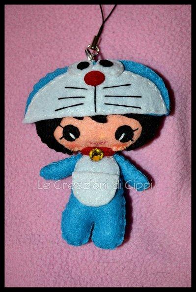 Ciondolo portachiavi in pannolenci Pupattola Fiabesca Doraemon fatto a mano.