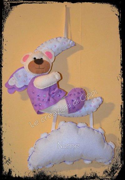 Festeggia la nascita con Lula l'orsetta sulla nuvoletta in pannolenci fatta a mano.