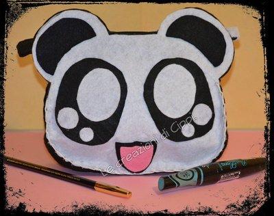 Pochette in pannolenci panda kawaii fatta a mano.