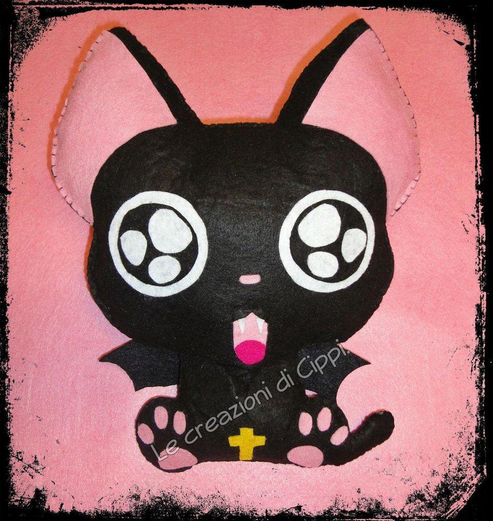 Pupazzo in pannolenci gatto anime giapponese fatto a mano.