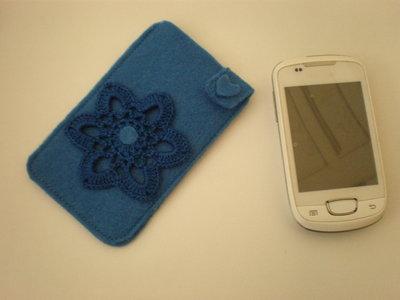 portacellulare azzurro in feltro e uncinetto
