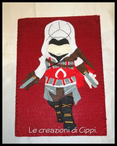 Porta tablet in feltro e pannolenci assassin's creed fatto a mano.