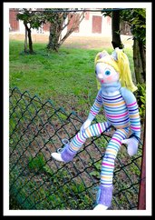 Sock doll: bambola morbida e allegramente colorata
