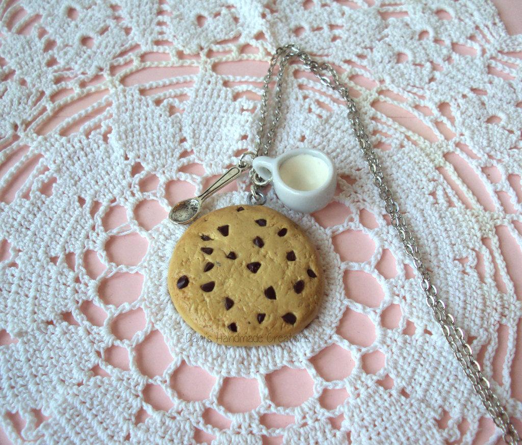 Collana biscotto cookie con gocce di cioccolato - in fimo -, con tazza di latte e cucchiaino