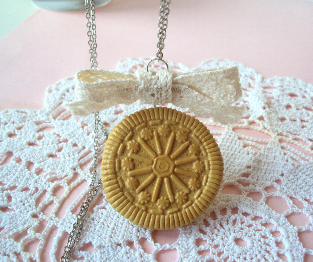 Collana con biscotto e fiocco in pizzo