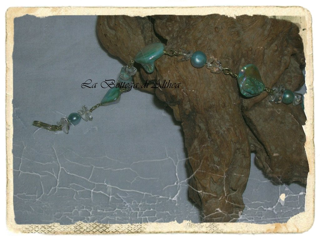 Bracciale con perle di fiume, madreperla e cristallo di rocca.