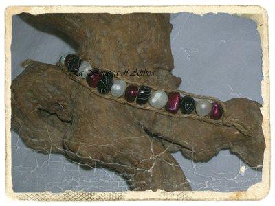 Bracciale con conchiglie colorate e corda