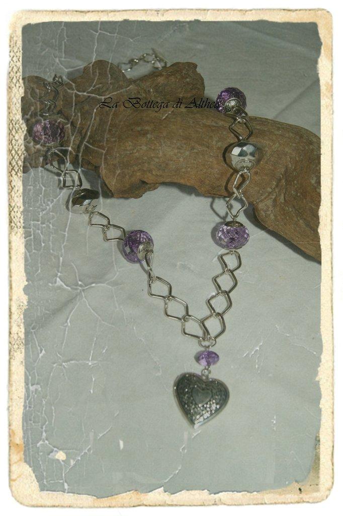 Collana con cuore in metallo e perle in vetro viola