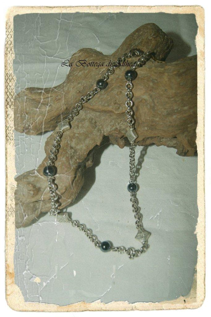 Collana in metallo con piccole perle nere