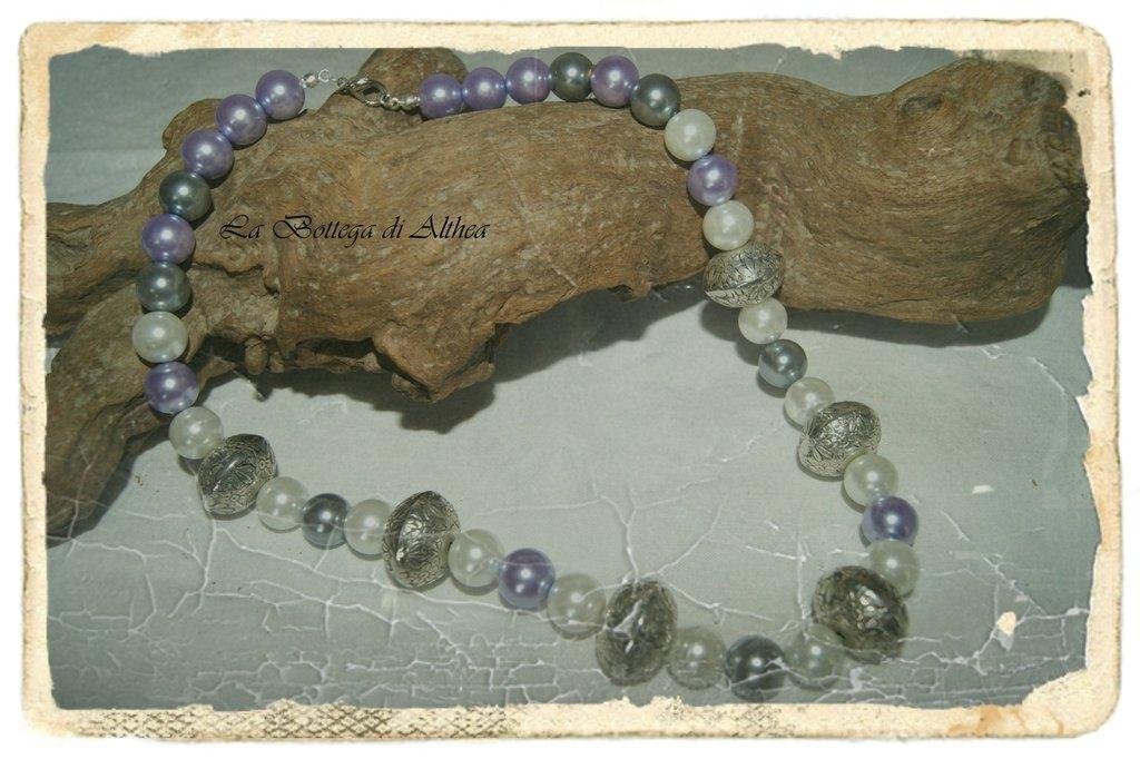 Collana con perle di vetro bianche e viola e inserti in metallo