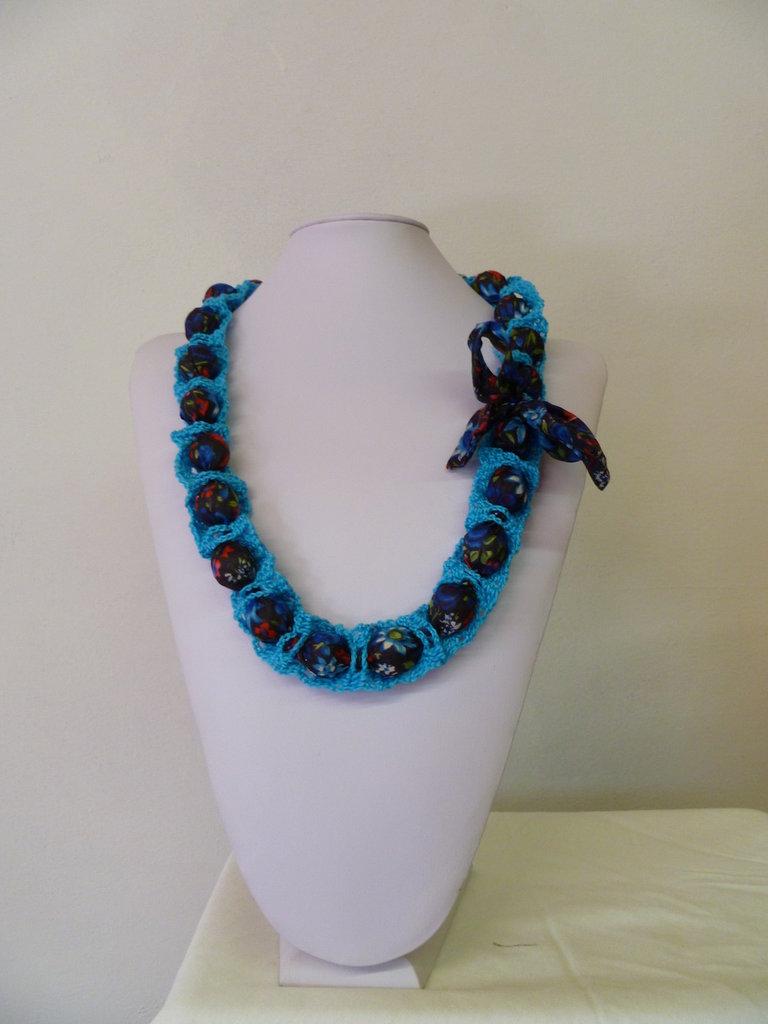 collana azzurra e blu