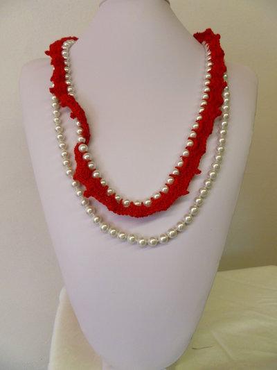 collana rossa con fiore
