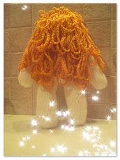 Bambola lavorata ai ferri con splendidi capelli!