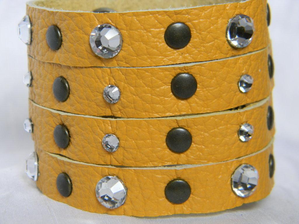 Bracciale vera pelle 4 fasce con cristalli swarovski e borchie
