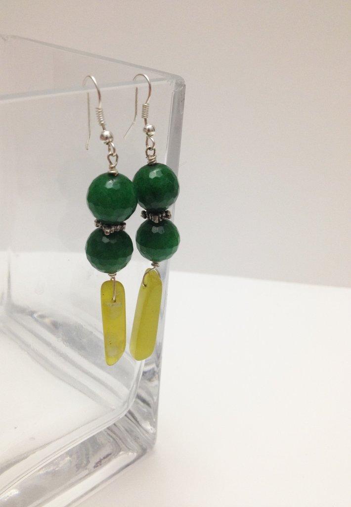 orecchini pendenti in pietre dure color verde e giada