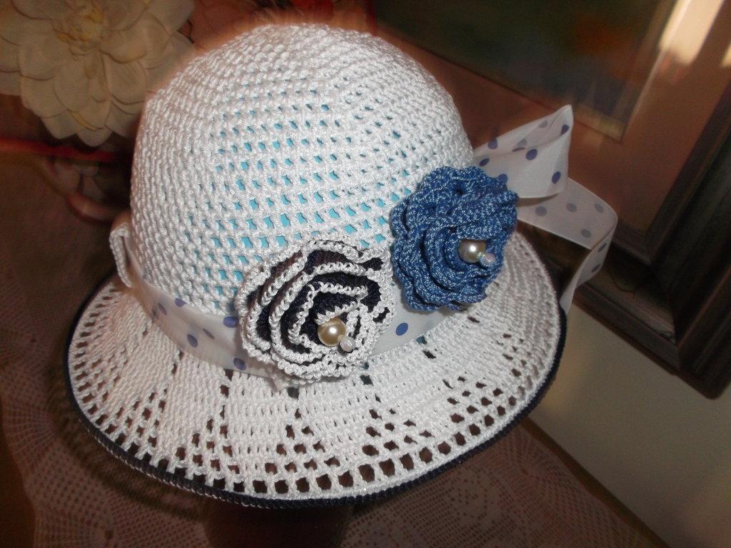 cappellino di cotone bianco per 3-4 anni