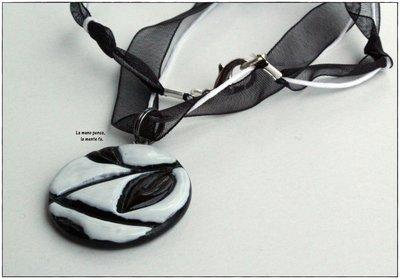 Collana ciondolo bianco e nero con foglie impresse