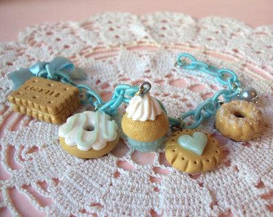 Bracciale biscotti, ciambella, cupcake in fimo, catena di seta, fiocco e perlina celeste