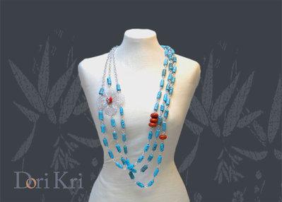Collana a catena argentata con perline turchesi e di corallo ed un bel fiore