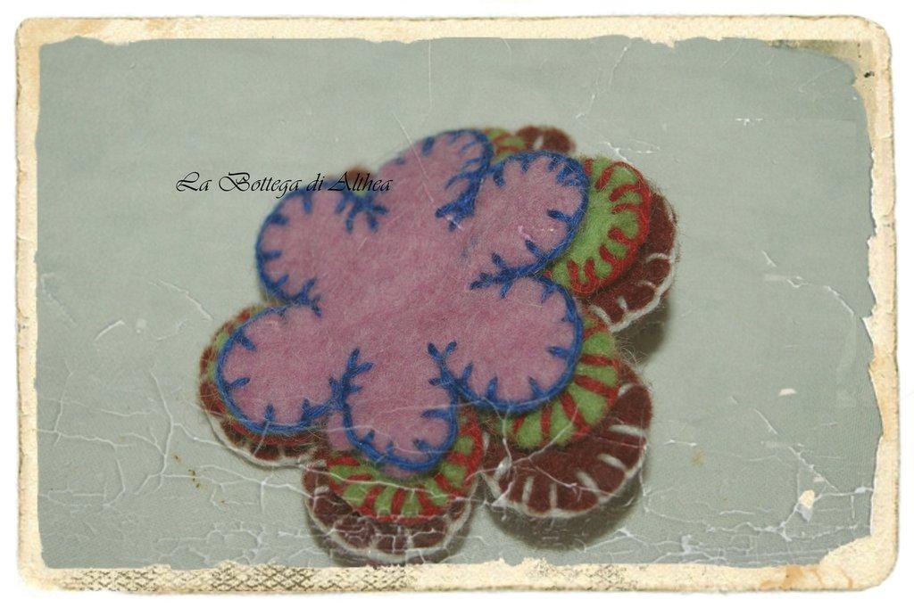 Spilla con doppio fiore viola in feltro