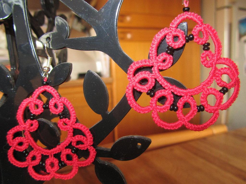 Orecchini pendenti rossi con perline nere fatti a chiacchierino