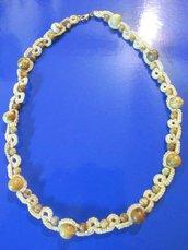 Collana in cotone beige con perline in legno fatta a chiacchierino