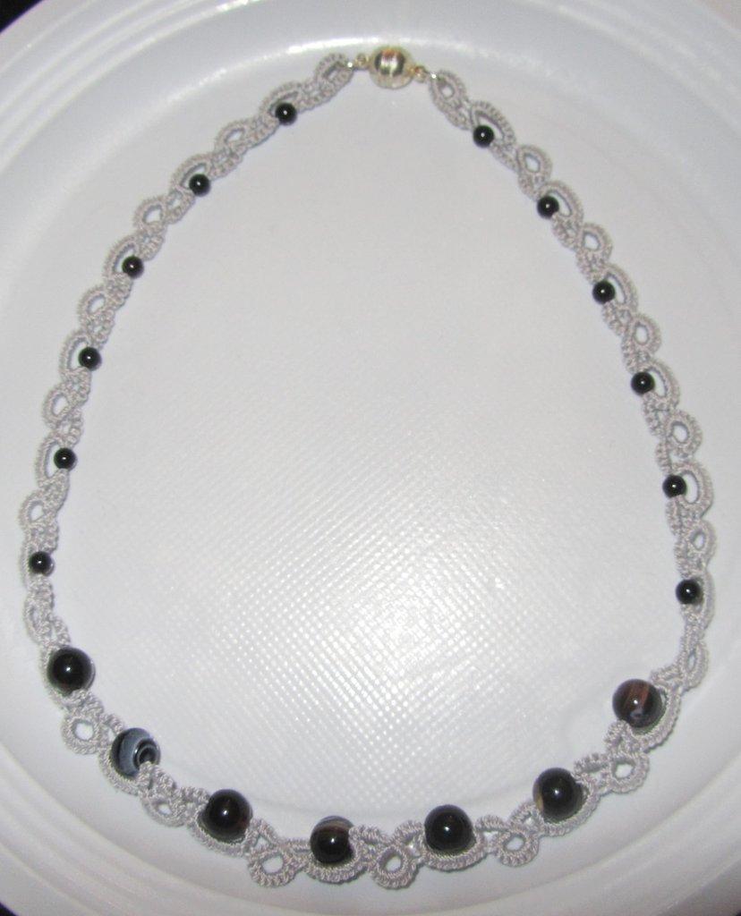 Collana in cotone grigio con perline e perle nere fatta a chiacchierino