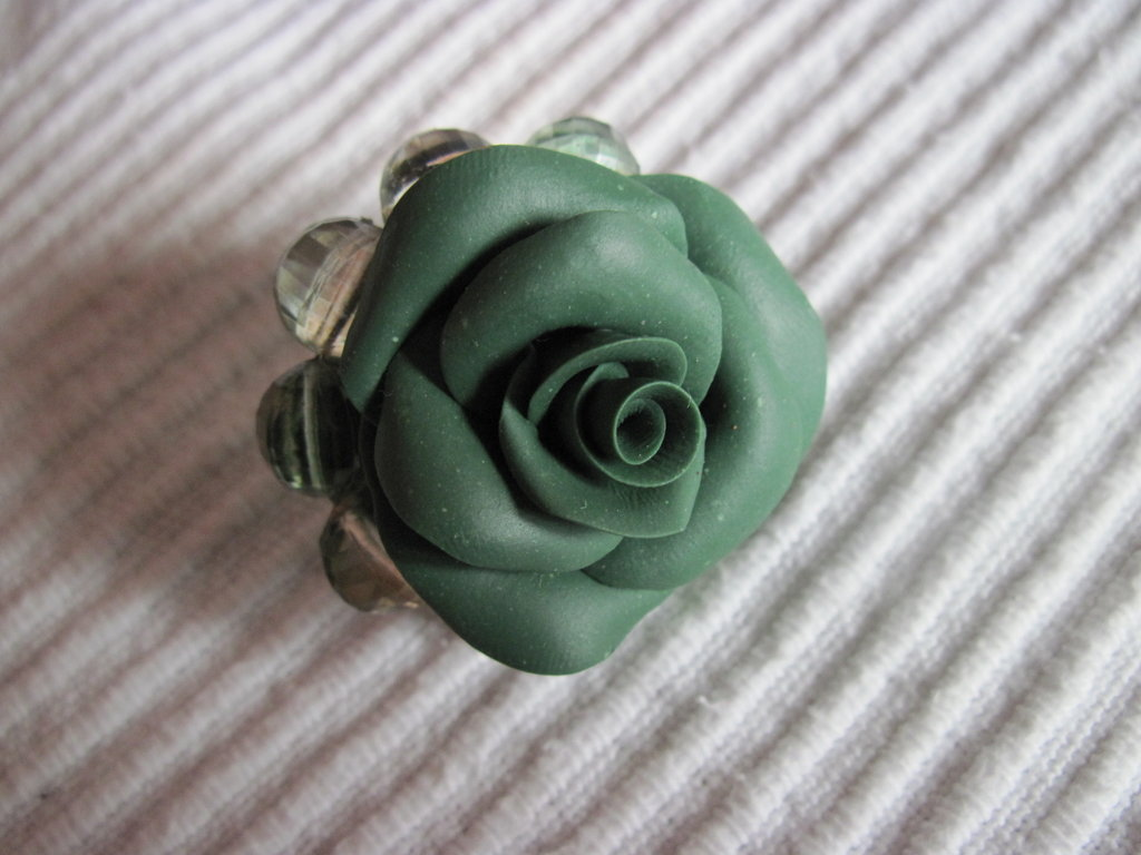 anello con pietre sintetiche