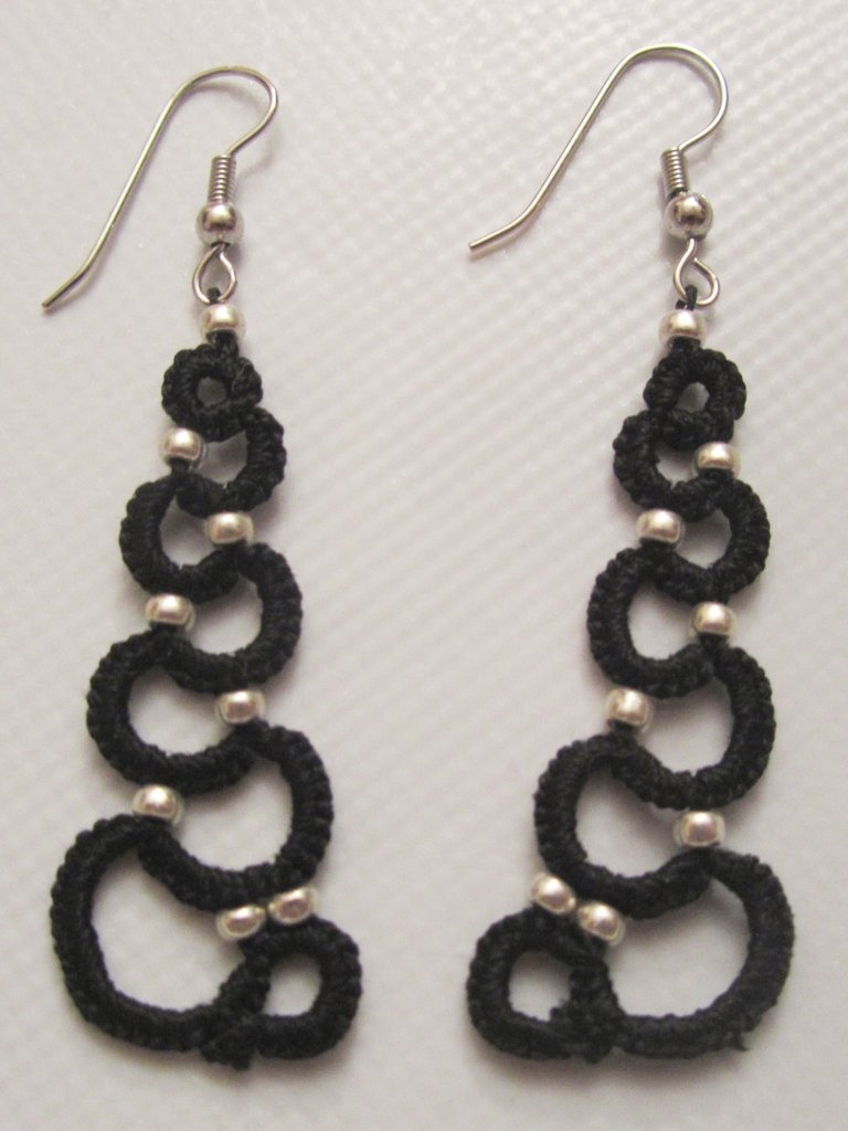 Orecchini pendenti neri con perline argento fatti a chiacchierino