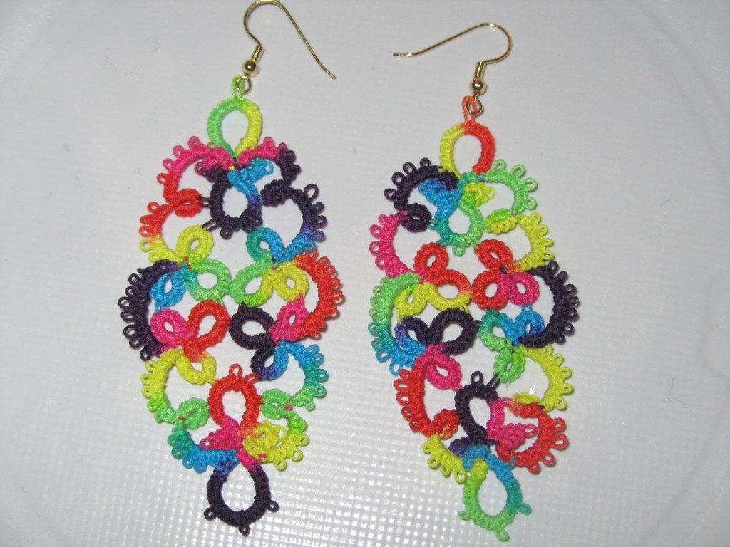 Orecchini pendenti multicolor fatti a chiacchierino con monachella oro