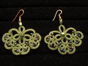 Orecchini pendenti verdi con perline verdi sfumate e monachelle oro, fatti a chiacchierino