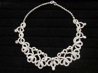 Collana girocollo in cotone grigio con perline in legno, fatta a chiacchierino