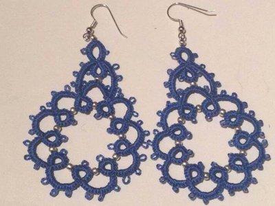 Orecchini  in cotone azzurro con perline argento, fatti a chiacchierino