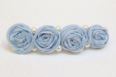 fermaglio con roselline in velluto azzurro e perle