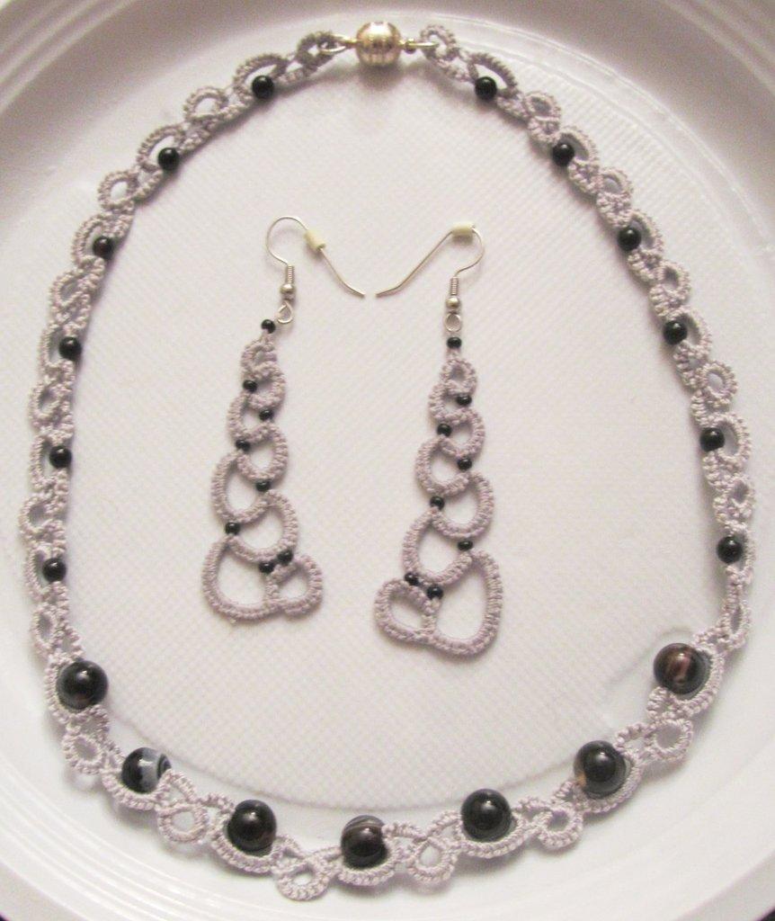 Parure con girocollo e orecchini coordinati in cotone grigio e perle nere, fatti a chiacchierino