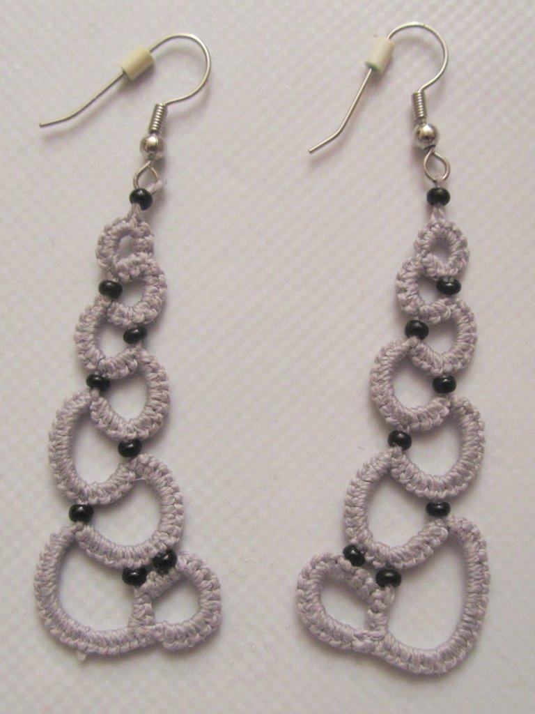 Orecchini pendenti grigi con perline nere fatti a mano  a chiacchierino