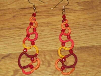 Orecchini pendenti multicolore giallo, arancione, rosso con perline rosse, fatti a mano a chiacchierino