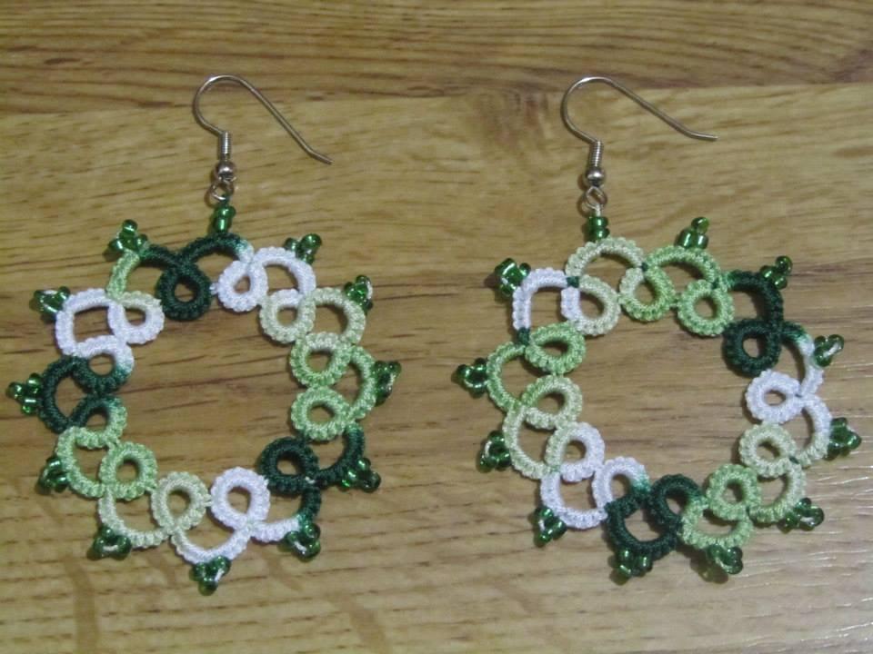 Orecchini pendenti verdi con perline verdi fatti a mano a chiacchierino