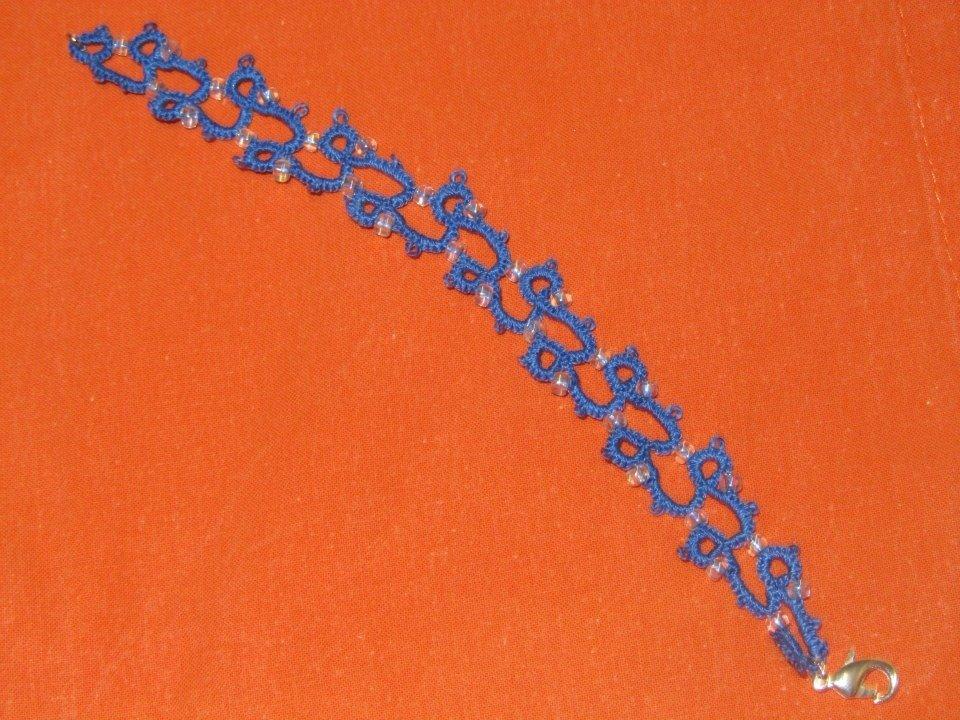 Braccialetto in cotone azzurro con perline trasparenti  fatto a mano a chiacchierino