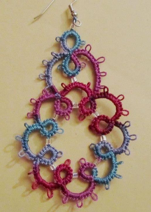 Orecchini pendenti multicolori con perline argentate fatti a mano a chiacchierino