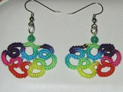 Orecchini pendenti multicolori con perla verde fatti a mano a chiacchierino